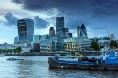 伦敦,英国- 2016年6月15日:伦敦日落地平线从塔桥梁,英国的 免版税库存图片