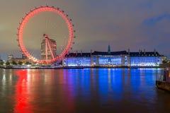 伦敦,英国- 2016年6月16日:伦敦眼和县政厅,伦敦,英国的夜照片 库存照片