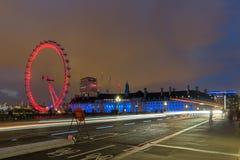 伦敦,英国- 2016年6月16日:伦敦眼和县政厅,伦敦,英国的夜照片 图库摄影