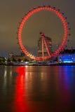 伦敦,英国- 2016年6月16日:伦敦眼和县政厅,威斯敏斯特,伦敦,大英国的夜照片 库存照片