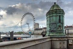 伦敦,英国- 2016年6月16日:伦敦眼和县政厅,威斯敏斯特,伦敦,大英国 库存图片
