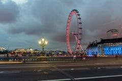 伦敦,英国- 2016年6月16日:伦敦眼和从威斯敏斯特桥梁,伦敦,了不起的小温的县政厅的夜照片 图库摄影