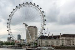 伦敦,英国- 2016年6月16日:伦敦眼和从威斯敏斯特桥梁,伦敦,英国的县政厅 库存图片