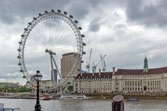 伦敦,英国- 2016年6月16日:伦敦眼和从威斯敏斯特桥梁,伦敦,英国的县政厅 免版税库存图片