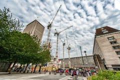伦敦,英国- 2016年8月18日:伦敦街市与人和建筑地区 壳中心在与多云蓝色的背景中 图库摄影