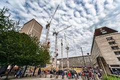 伦敦,英国- 2016年8月18日:伦敦街市与人和建筑地区 壳中心在与多云蓝色的背景中 免版税图库摄影