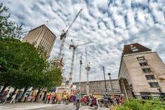 伦敦,英国- 2016年8月18日:伦敦街市与人和建筑地区 壳中心在与多云蓝色的背景中 免版税库存照片