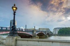 伦敦,英国- 2016年6月16日:兰贝斯桥梁,伦敦,英国日落  库存照片