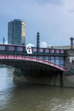 伦敦,英国- 2016年6月16日:兰贝斯桥梁,伦敦,英国日落  免版税库存图片