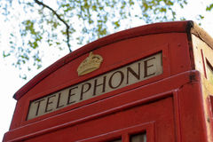 伦敦,英国- 2016年8月30日:关闭一个经典红色伦敦电话亭的上面在伦敦,英国,英国 库存图片