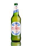 伦敦,英国- 2017年3月15日:冷的瓶Peroni啤酒 建立的n维杰瓦诺,在1846年意大利镇  免版税库存照片