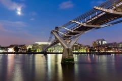 伦敦,英国- 2016年6月17日:千年桥梁、塔特现代画廊和泰晤士河,伦敦夜全景  免版税库存照片