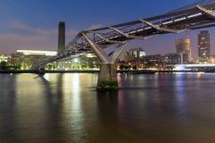 伦敦,英国- 2016年6月17日:千年桥梁、塔特现代画廊和泰晤士河,伦敦夜全景  图库摄影
