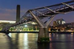 伦敦,英国- 2016年6月17日:千年桥梁、塔特现代画廊和泰晤士河,伦敦夜全景  免版税图库摄影