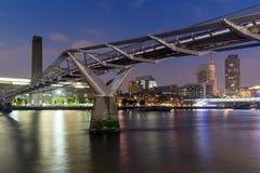 伦敦,英国- 2016年6月17日:千年桥梁、塔特现代画廊和泰晤士河,伦敦夜全景  免版税库存图片