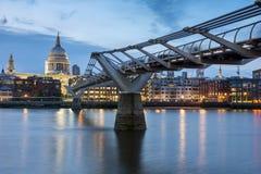 伦敦,英国- 2016年6月17日:千年桥梁和圣保罗大教堂,伦敦夜照片  免版税库存图片