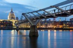 伦敦,英国- 2016年6月17日:千年桥梁和圣保罗大教堂,伦敦夜照片  库存图片
