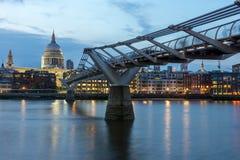 伦敦,英国- 2016年6月17日:千年桥梁和圣保罗大教堂,伦敦夜照片  图库摄影