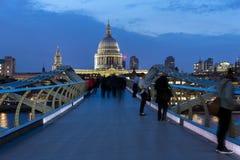 伦敦,英国- 2016年6月17日:千年桥梁和圣保罗大教堂,伦敦夜照片  库存照片