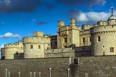 伦敦,英国- 2016年6月15日:历史的伦敦塔,英国日落视图  免版税库存图片