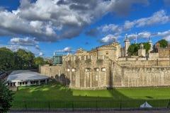 伦敦,英国- 2016年6月15日:历史的伦敦塔,英国日落视图  图库摄影