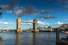 伦敦,英国- 2016年6月15日:历史的伦敦塔,英国日落视图  免版税库存照片