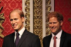 伦敦,英国- 2017年3月20日:哈里王子和威廉王子画象在杜莎夫人蜡象馆伦敦的蜡象 库存图片