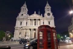 伦敦,英国- 2016年6月17日:圣保罗大教堂惊人的夜照片在伦敦 免版税库存图片