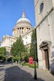 伦敦,英国- 2016年10月03日:圣保罗有街灯和一个电话红色箱子的` s大教堂看法在前景 免版税图库摄影