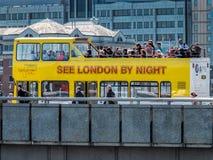 伦敦,英国- 6月14日:在伦敦桥的游览车在伦敦 库存照片