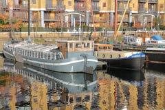 伦敦,英国- 2016年12月11日:在圣Katharine的反射靠码头与五颜六色的小船 免版税库存图片
