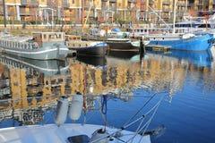 伦敦,英国- 2016年12月11日:在圣Katharine的反射靠码头与五颜六色的小船 免版税库存照片