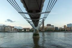 伦敦,英国- 2016年6月17日:在塔特现代画廊、泰晤士河和千年桥梁,伦敦的微明 免版税库存照片