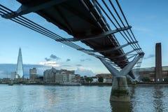 伦敦,英国- 2016年6月17日:在泰晤士河、千年桥梁和碎片,伦敦的微明 库存图片