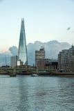伦敦,英国- 2016年6月17日:在泰晤士河和碎片,伦敦的微明 库存照片