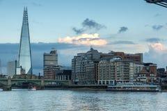 伦敦,英国- 2016年6月17日:在泰晤士河和碎片,伦敦的微明 图库摄影