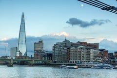 伦敦,英国- 2016年6月17日:在泰晤士河和碎片,伦敦的微明 免版税库存照片