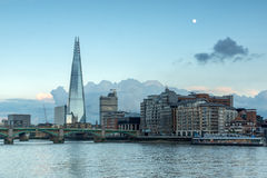 伦敦,英国- 2016年6月17日:在泰晤士河和碎片,伦敦的微明 库存图片