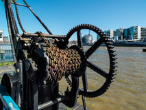 伦敦,英国- 6月14日:在泰晤士河的银行的老卷扬机 免版税库存照片