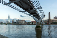 伦敦,英国- 2016年6月17日:在碎片摩天大楼、塔特现代画廊和泰晤士河,伦敦的微明 免版税库存照片