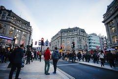 伦敦,英国- 2015年10月30日:在销售季节中的牛津街道 库存图片