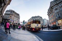 伦敦,英国- 2015年10月30日:在销售季节中的牛津街道 库存照片