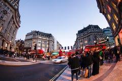 伦敦,英国- 2015年10月30日:在销售季节中的牛津街道 图库摄影