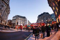 伦敦,英国- 2015年10月30日:在销售季节中的牛津街道 免版税库存图片