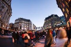 伦敦,英国- 2015年10月30日:在销售季节中的牛津街道 免版税图库摄影