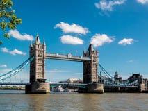 伦敦,英国- 6月14日:塔桥梁在一个晴天在伦敦 库存照片