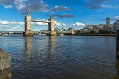 伦敦,英国- 2016年6月15日:塔桥梁日落全景在下午,英国末期的伦敦 库存照片
