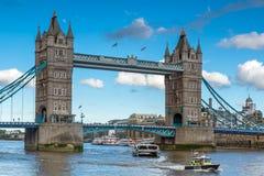 伦敦,英国- 2016年6月15日:塔桥梁日落视图在下午,英国末期的伦敦 免版税库存图片
