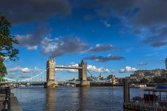 伦敦,英国- 2016年6月15日:塔桥梁日落视图在伦敦,英国 免版税图库摄影