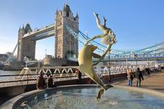 伦敦,英国- 2016年12月11日:塔桥梁的看法从圣Katharine的在背景中靠码头与有a的碎片和女孩 图库摄影